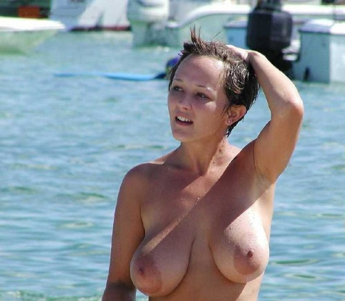 Une jeune naturiste exhibe ses énormes seins