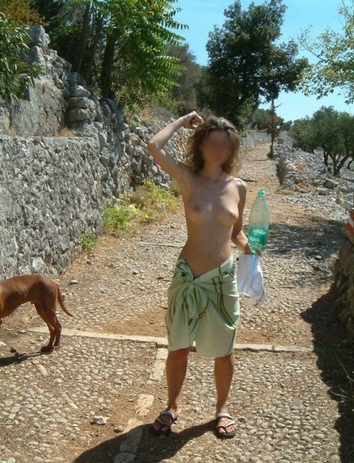 une femme topless
