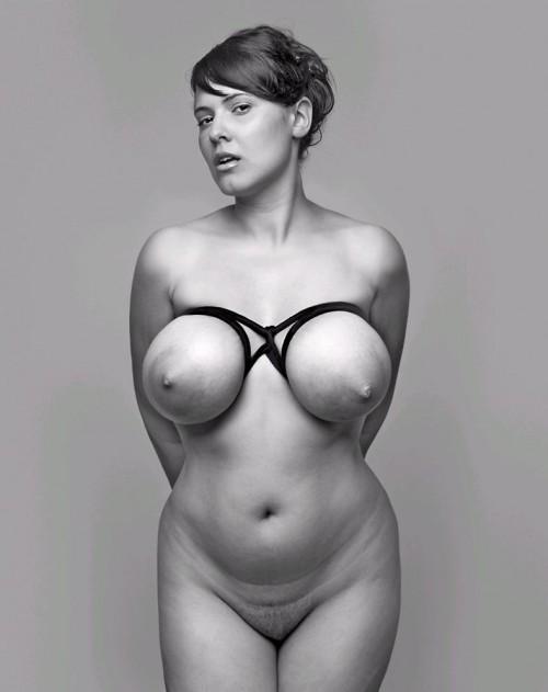 Une amatrice s'exhibe d'une manière artistique de gros seins