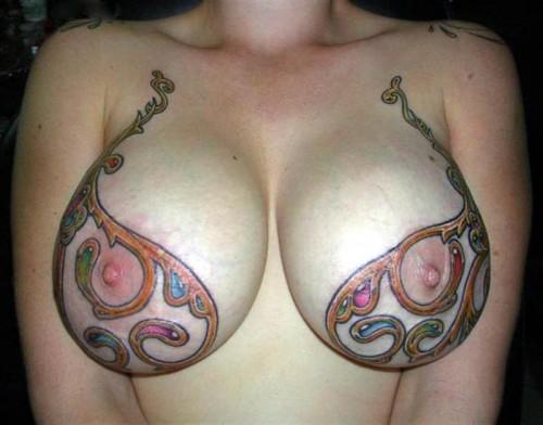 Une amatrice exhibe son tatouage sur ses seins