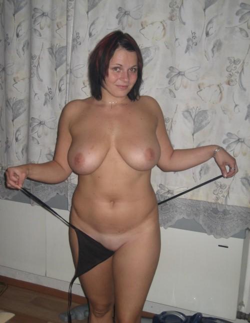 Une femme ronde fait un strip sexe.