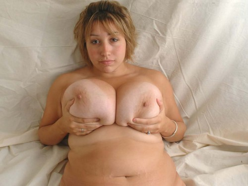 une femme ronde exhibe ses gros nichons