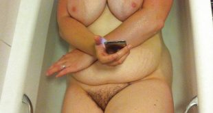 Les gros seins d'une femme ronde nue