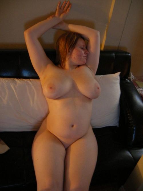 une femme ronde exhibe ses gros seins