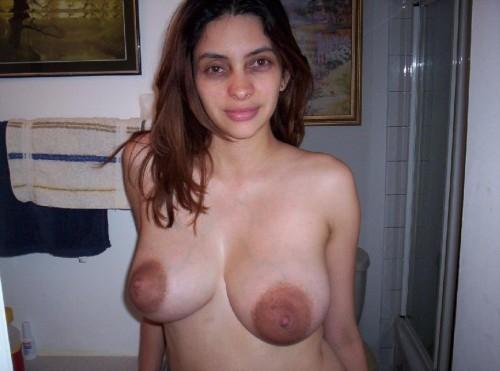 une amatrice aux gros seins exhibe ses grosses aréoles