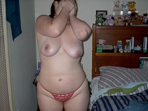 Une femme ronde pose en string ficelle et c'est tout.