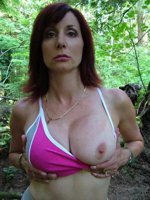 une femme exhibe un sein