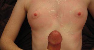une éjaculation entre ses petits seins