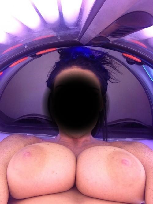 ses gros seins exhibés