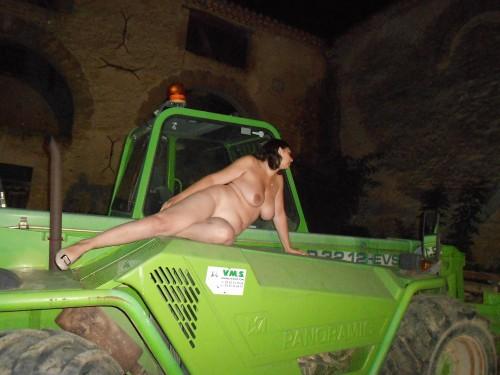 exhibe sur un tracteur