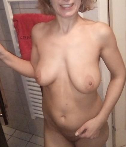 Avant la douche elle s'exhibe