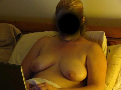 les seins d'une femme qui bosse