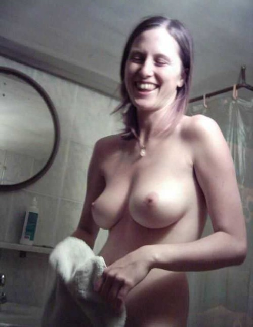 une amatrice exhibe ses seins qui pointent