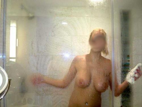 sa copine sous la douche
