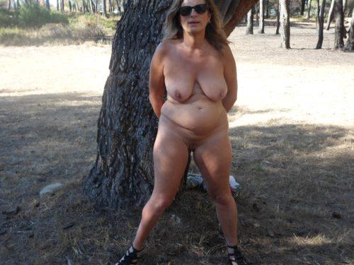 nue dans la nature elle s'exhibe