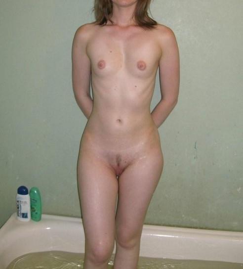 Exhibe des petits seins