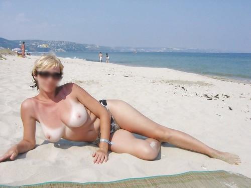 Les gros seins d'une femme topless
