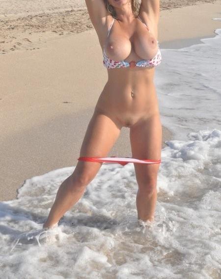 Baisse sa culotte à la plage