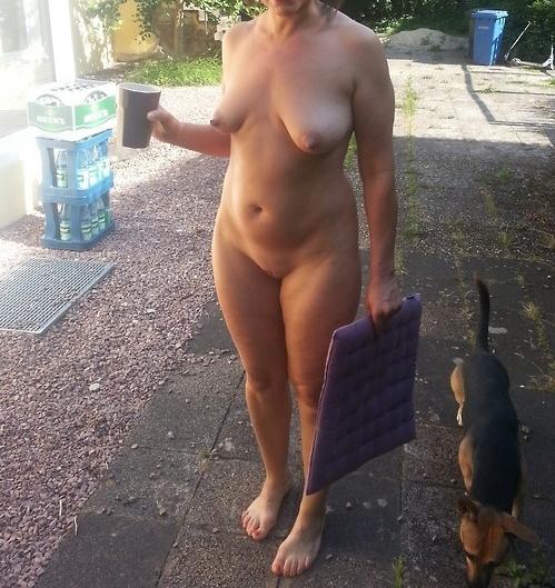 Nue dans son jardin