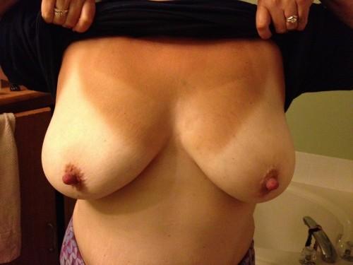 Femme mure montre ses seins