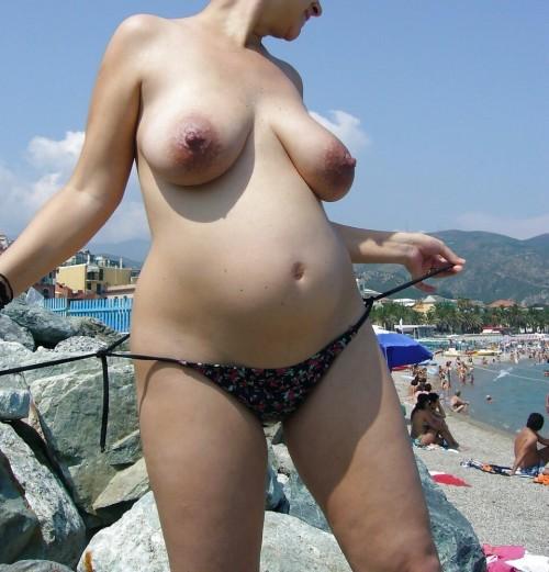 Femme enceinte exhibe ses seins