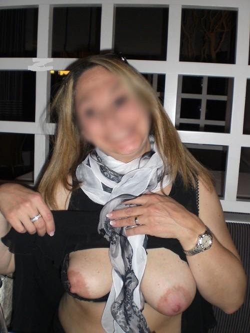 Exhibe sexe de ses seins