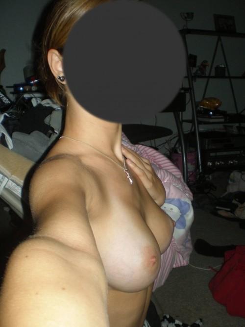 Montre ses seins