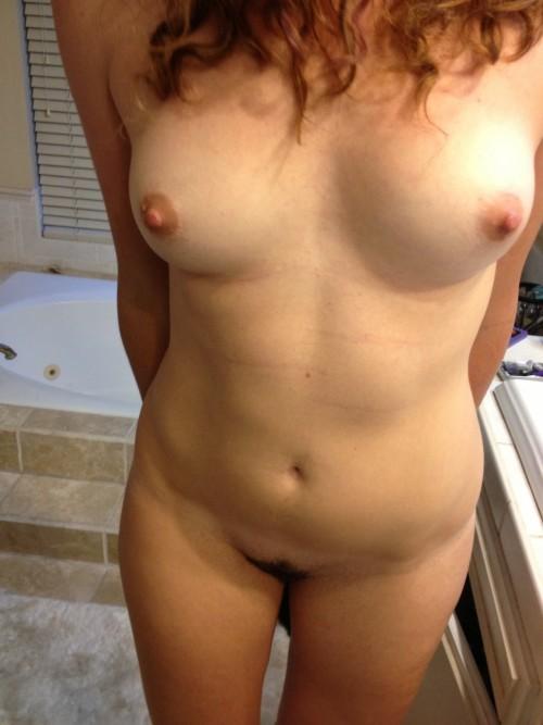 Sa petite amie nue