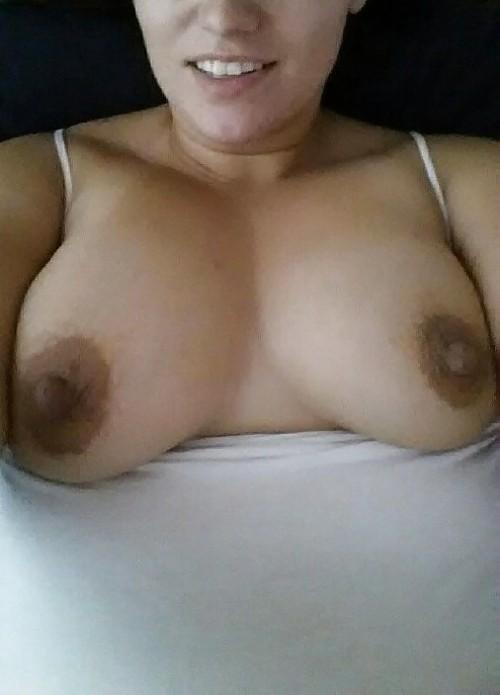 La grosse poitrine généreuse d'une femme enceinte