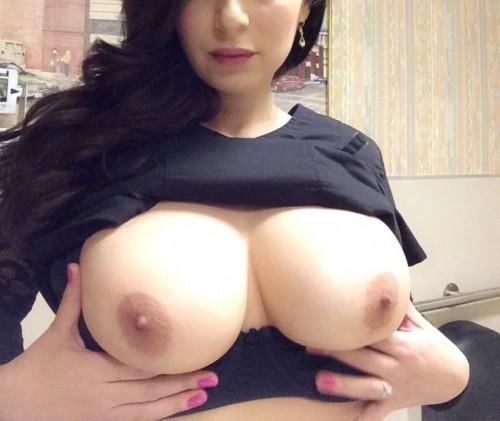 Les magnifiques seins de sa copine