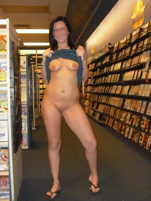 une brune réalise une exhibition au rayon porno