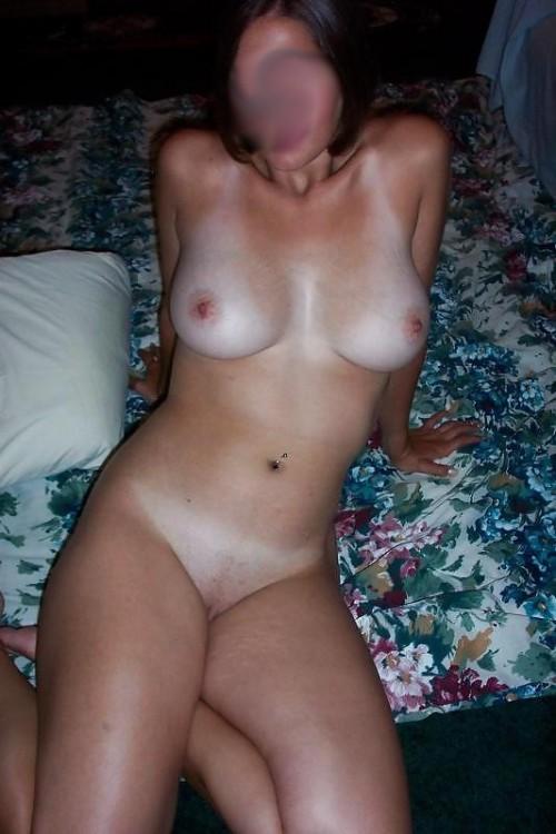 une belle brune exhibe son corps sensuel
