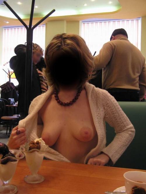 exhibe ses seins dans un restaurent