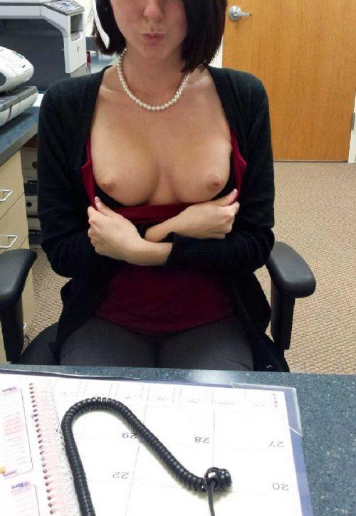 Une secrétaire bien cochonne