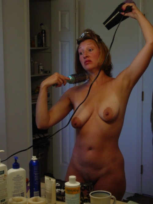 une femme mure exhibe ses seins