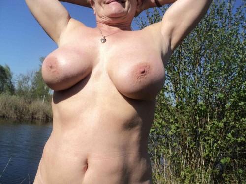 Femme mature qui s'exhibe