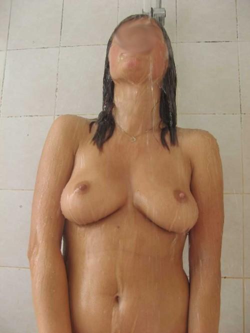 magnifiques seins d'une femme sous sa douche