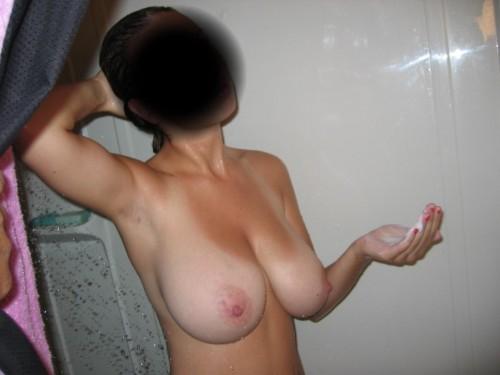 une amatrice aux gros seins prise en photo