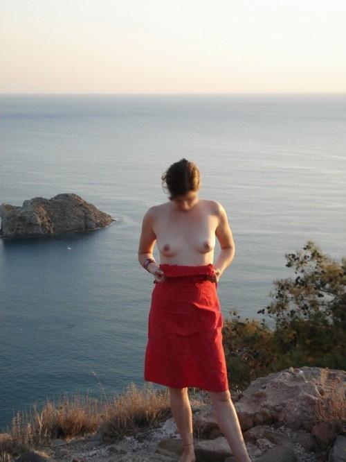 une exhibe de seins au bord de l'eau