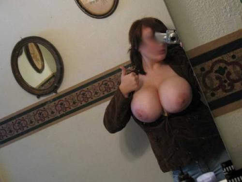 Une femme exhibe ses énormes seins sexes