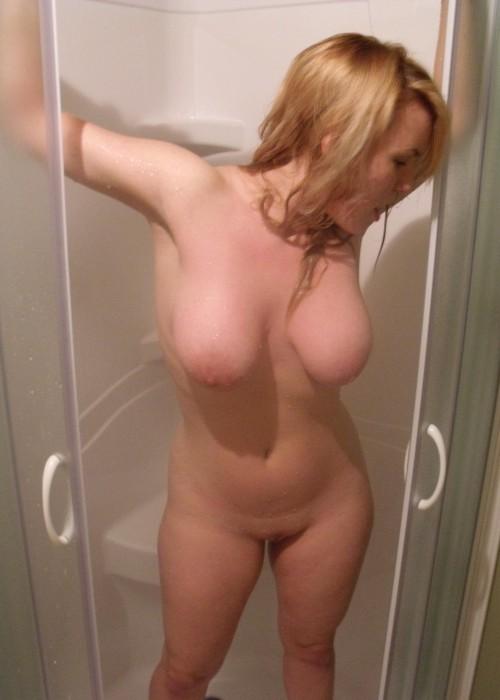 Une blonde exhibe ses gros seins