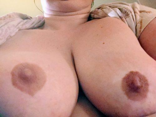 beaux seins d'une blonde
