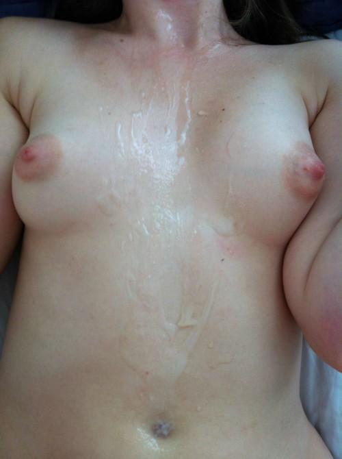 Sperme entre les petits seins