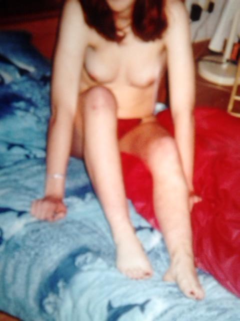 Seins nus sur le lit