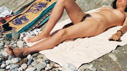 une nudiste nue