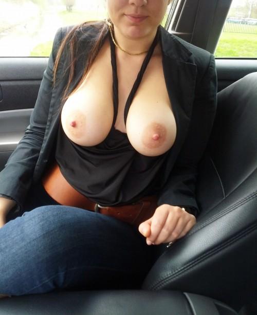 Exhibe ses seins en voiture