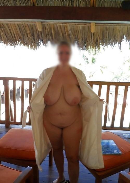 Enormes seins d'une femme ronde
