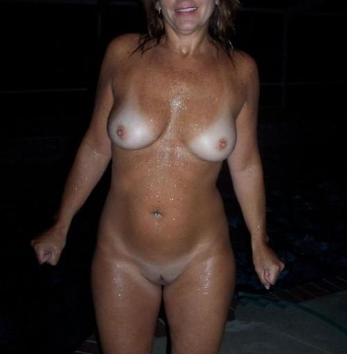 Une femme mûre s'exhibe nue lors d'un bain de minuit