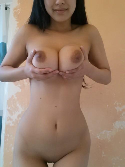 Une exhibe d'asiatique nue