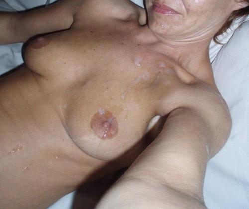 Sperme sur les seins d'une femme mature
